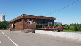 Москва, Россия - 22-ое мая 2018 Итальянское кафе Mercato в парке Sadovniki в южной административной единице сток-видео
