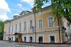 Москва, Россия, 19-ое мая 2017 Люди идя около улицы Chaplygin, дома 9, строя 1 Стоковое Изображение RF