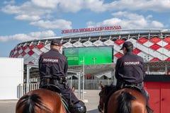 Москва, Россия - 30-ое мая 2018: 2 полицейския на лошадях входа обеспечивают безопасность на стадионе Spartak стоковое фото rf