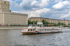Москва, Россия - 26-ое мая 2019: Река и шлюпки Москвы Прогулки на яхте отклонения реки стоковое фото rf