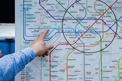 Москва, Россия, 9-ое мая 2018: рука ` s человека указывает к станции метро Москвы стоковое изображение