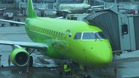 МОСКВА, РОССИЯ - 29-ОЕ МАЯ 2018: Самолет в аэропорте подготавливает принять в дождливую погоду Slowmotion акции видеоматериалы