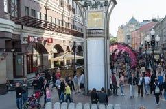 Москва, Россия - 18-ое мая 2016 Старая улица Arbat - пешеходная туристская улица в центре города Стоковые Фотографии RF