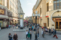 Москва, Россия - 18-ое мая 2016 Старая улица Arbat - пешеходная туристская улица в центре города Стоковые Изображения RF