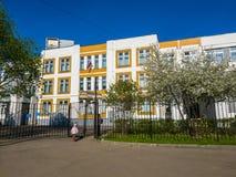 Москва, Россия - 11-ое мая 2018 Типичная общеобразовательная школа положения в Zelenograd Стоковое фото RF