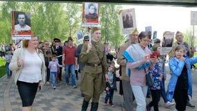 Москва, Россия - 9-ОЕ МАЯ 2019: Торжество дня в Москве - бессмертного парада победы полка на девятое -го май видеоматериал