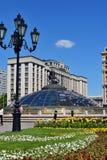 Москва, Россия - 12-ое мая 2018 часы мира фонтан на квадрате Manege Стоковые Изображения RF