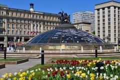 Москва, Россия - 12-ое мая 2018 часы мира фонтан на квадрате Manege Стоковые Фото