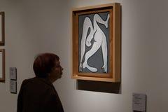 Москва, Россия - 21-ое ноября 2018: Люди около картины Пабло Пикассо в музее Pushkin изящных искусств самые большие стоковое изображение rf