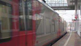 Москва, Россия - 17-ое ноября 2017: Современное прибытие пассажирского поезда к железнодорожному вокзалу кольца Москвы центрально видеоматериал