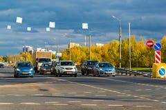 Москва, Россия - 10-ое октября 2017 Автомобили на дороге в дне осени в Zelenograd Стоковые Изображения RF
