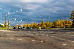 Москва, Россия - 10-ое октября 2017 Автомобили на дороге в дне осени в Zelenograd Стоковое Изображение RF