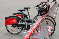 МОСКВА, РОССИЯ - 10-ое октября 2017: Электрические велосипеды в автостоянке велосипеда Экологический городской транспорт Стоковые Фото