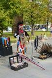 Москва, Россия - 8-ое сентября 2018: Индийский музыкант в национальном костюме выполняет традиционные музыку и танец в парке стоковое фото rf