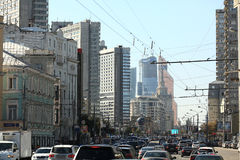 Москва, РОССИЯ - 10-ое сентября: подача движения на дороге города 10-ого сентября 2014 Стоковое Изображение RF
