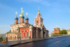МОСКВА, РОССИЯ - 11-ОЕ СЕНТЯБРЯ 2017: Церковь St. George дальше Стоковое Изображение RF