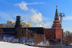 Москва, Россия - 14-ое февраля 2018: Башня Borovitskaya Москвы Кремля на солнечном утре зимы Стоковые Изображения RF