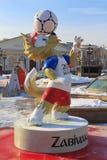 Москва, Россия - 14-ое февраля 2018: Волк Zabivaka официальный талисман кубка мира России 2018 ФИФА чемпионата на squ Manezhnaya Стоковое Фото