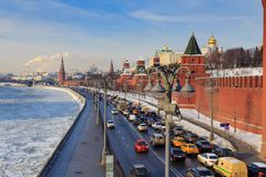 Москва, Россия - 14-ое февраля 2018: Замороженное река Moskva на предпосылке Москвы Кремля Стоковая Фотография RF