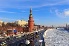 Москва, Россия - 14-ое февраля 2018: Замороженное река Moskva на предпосылке обваловки Kremlevskaya на солнечном утре зимы Стоковые Изображения