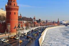 Москва, Россия - 14-ое февраля 2018: Замороженное река Moskva на предпосылке обваловки Kremlevskaya на солнечном утре зимы Стоковые Фото