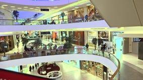 МОСКВА, РОССИЯ - 28-ОЕ ФЕВРАЛЯ 2017 Кафа и магазины современной метрополии торгового центра съемка 4k видеоматериал