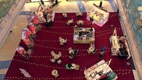 МОСКВА, РОССИЯ - 28-ОЕ ФЕВРАЛЯ 2017 Малые будочки кафа и поставщика на торговом центре Metopolis съемка 4k сток-видео