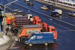Москва, Россия - 14-ое февраля 2018: Муниципальные специальные тележки для очищая улиц города на месте для стоянки в солнечном зи Стоковые Фото