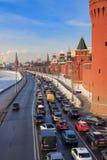 Москва, Россия - 14-ое февраля 2018: Обваловка Kremlevskaya на предпосылке Москвы Кремля зима moscow Стоковые Изображения