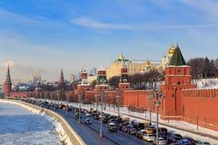 Москва, Россия - 14-ое февраля 2018: Обваловка Kremlevskaya на солнечном утре зимы зима moscow Стоковые Фотографии RF