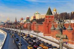 Москва, Россия - 14-ое февраля 2018: Обваловка Kremlevskaya на солнечном утре зимы зима moscow Стоковое Фото