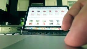 МОСКВА, РОССИЯ - 25-ОЕ ФЕВРАЛЯ 2018 Покупая бакалеи на Амазонке место магазина com онлайн Человек используя сенсорную панель комп стоковые изображения