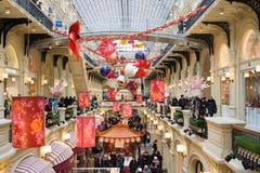 Москва, Россия - 11-ое февраля 2018 Праздничное украшение на китайский Новый Год в камеди магазина Стоковые Изображения