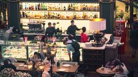 МОСКВА, РОССИЯ - 28-ОЕ ФЕВРАЛЯ 2017 Толпить ретро кафе и бар темы Стоковая Фотография