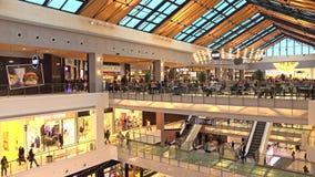МОСКВА, РОССИЯ - 28-ОЕ ФЕВРАЛЯ 2017 Фуд-корт и магазины современной метрополии торгового центра стоковые фото