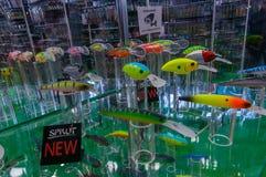 Москва, Россия - 25-ое февраля 2017: Стойка с образцами самых новых прикормов и wobblers рыбной ловли на специальной выставке Стоковые Фотографии RF
