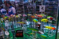 Москва, Россия - 25-ое февраля 2017: Стойка с образцами самых новых прикормов и wobblers рыбной ловли на специальной выставке Стоковые Изображения