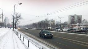 Москва, Россия - 16-ое января 2019: Автомобили двигая катание на дороге шоссе с быстрым ходом в снежном зимнем дне в городе видеоматериал
