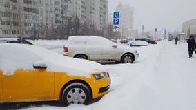 Москва, Россия - 26-ое января 2018 Движение на дороге во время сильного снегопада в Zelenograd акции видеоматериалы