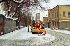 МОСКВА, РОССИЯ - 19-ОЕ ЯНВАРЯ 2016: Дорожные работы стоковое изображение