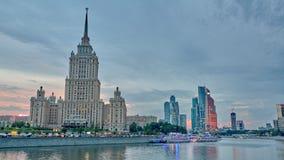 МОСКВА, РОССИЯ - ОКОЛО AUGUST/2017: Timelapse захода солнца взгляда реки Moskva