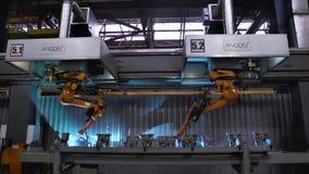 Москва, Россия - сентябрь 2018: Движение роботов заварки в фабрике автомобиля место Движение робота сваривая с сток-видео