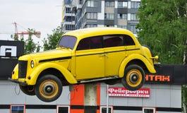 МОСКВА, РОССИЯ - 05 29 2015 Старый русский Moskvich на постаменте перед мойкой Apelsin Стоковая Фотография RF