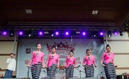 Москва, Россия, танец 4-ое августа 2018 девушек в фольклорных костюмах на фестивале Индонезии стоковое изображение