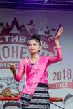 Москва, Россия, танец 4-ое августа 2018 девушек в фольклорных костюмах на фестивале Индонезии стоковое фото rf