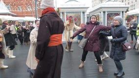 МОСКВА, РОССИЯ ФЕВРАЛЬ 2017: Праздненства Shrovetide в Москве Люди имеют потеху на Shrove вторник в России passersby видеоматериал