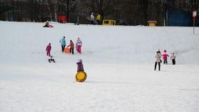 Москва, Россия -28 февраль 2016 Езда детей от холма снега в Zelenograd видеоматериал