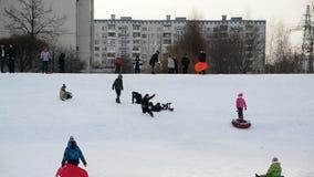 Москва, Россия -28 февраль 2016 Езда детей от холма снега в Zelenograd акции видеоматериалы