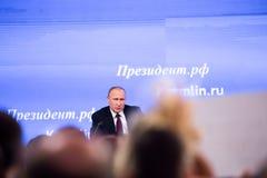 МОСКВА, РОССИЯ - 23-ЬЕ ДЕКАБРЯ: Президент Российской Федерации Владимира Vladimirovich Путина ежегодная пресс-конференция в центр Стоковые Изображения