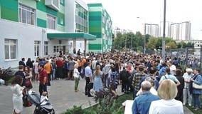 Москва, Россия - 3-ье сентября 2018 Зрачки и их родители собирая около школы в первом учебном дне видеоматериал
